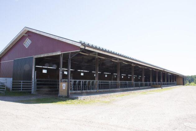 Stallet byggdes 2011 och har plats för 80 dikor. Det har en rad smarta lösningar som bland annat extra bred skrapgång.