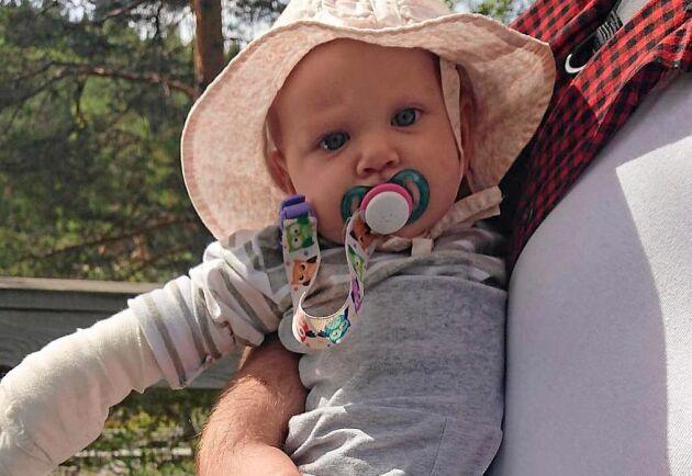 Sex månader gamla Ariella hade tur i oturen när en trasig kedjelänk träffade hennes hand.