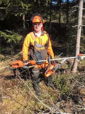 Lars-Rune Larsson från Ånimskog i Dalsland är mycket förtjust i sina batteridrivna kedjesågar. Hela vintern har han använt den batteridrivna motorsågen till att kapa ved. Det har fungerat utmärkt.