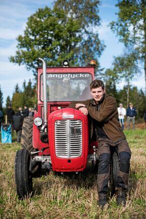 19-årige Edvin Andersson från Ljungsarp med en Ferguson 35 från 1959.