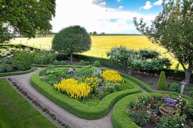 Den konstfullt utformade trädgården är en bit kulturhistoria, anlagd av Thomas släktingar för mer än hundra år sedan.