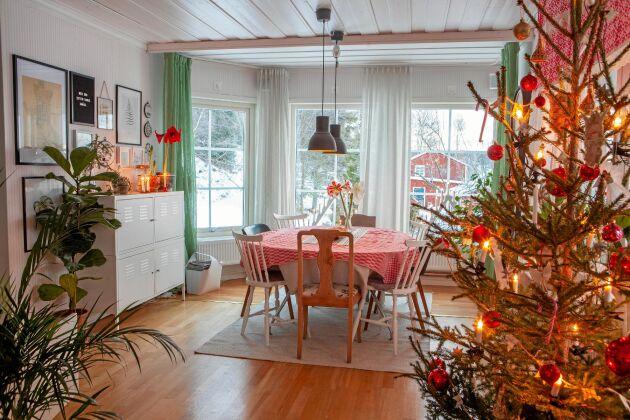 Julgranen står mellan matsalen och köket på nedervåningen.