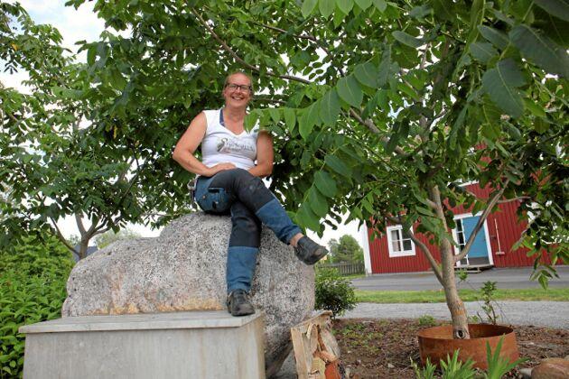 Bea Wiström uppflugen under de manchuriska valnötsträden vid Edelviks folkhögskola.
