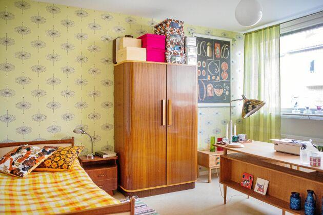 Ljusa färger. Gästrummet har en gul tapet och många teakmöbler.