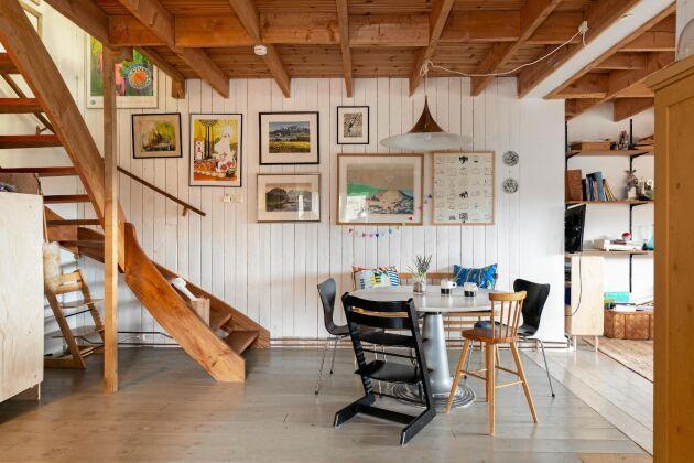 Huset är i två plan med öppen planlösning där nere och sköna små krypin på andra våningen. Allt präglas av skönheten i det enkla, en god funktion och personlighet.