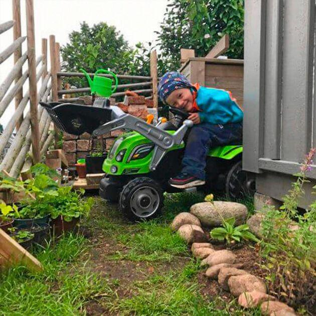 Wilhelm Josefsson kör traktorn rakt in i sitt trädgårdsrum.