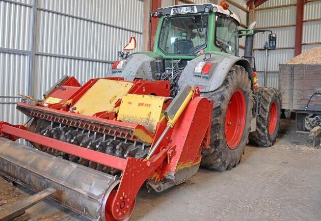 Markberedningsfräsen drivs av en stor traktor.