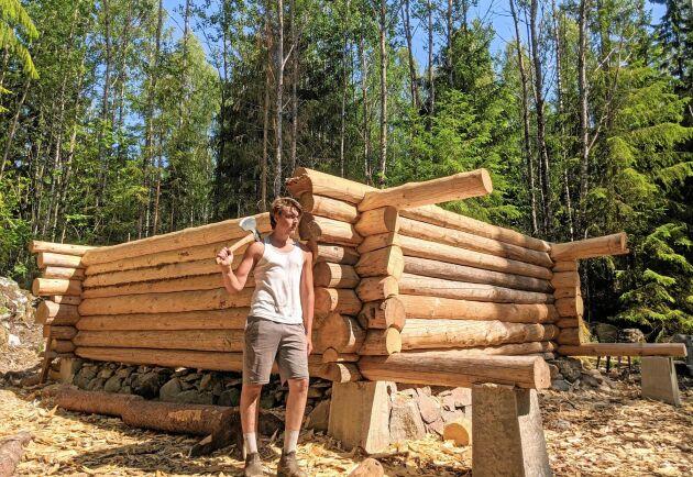 Erik Grankvist tog drömmen på allvar. Efter studenten började han bygga sitt drömhus helt med handverktyg.
