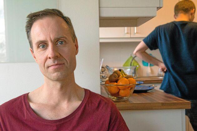 I sitt kollektiv i Stockholmsförorten Brandbergen är Martin Smedjeback heltidsaktivist för djurrätt och veganism.