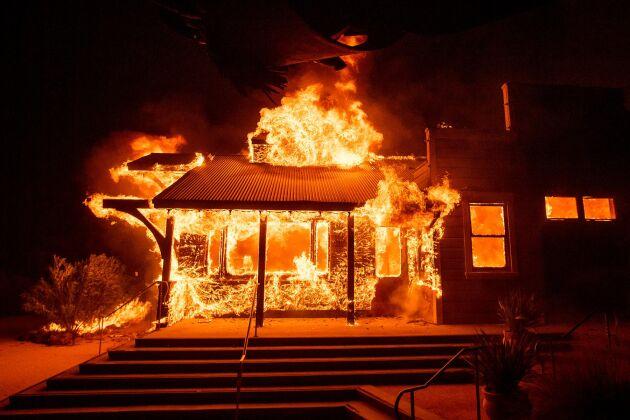 Kincade-branden i norra Kalifornien eldhärjar vingården Soda Rock Winery i Healdsburg.