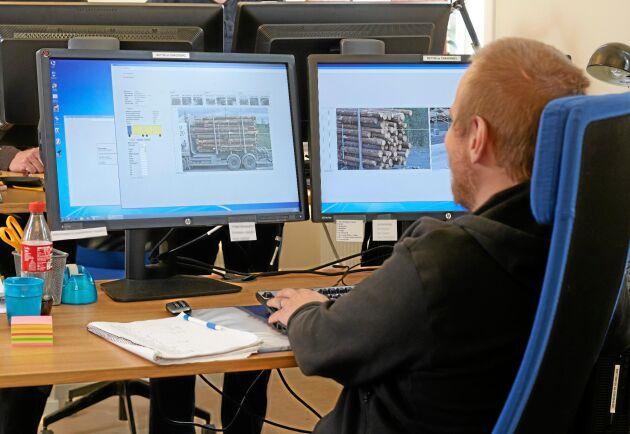 … och själva mätningen sker vid Fjärrmätningscentralen i Sundsvall. Bilden är från Krokom där virkesmätaren Mikael Molin Evenfjäll på VMF Nord använder samma system.