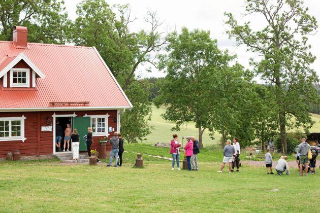 I det gamla häststallet finns numera kafé, kök, bageri och servering i tre våningar.