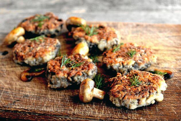 Vegetariska biffar med champinjoner som passar perfekt i ett hamburgerbröd eller i en matig sallad.