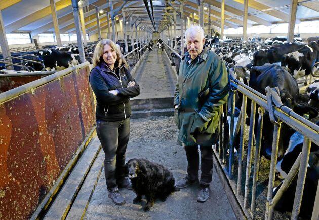 Generationsskifte. Johan Yderfors lämnar över till dottern Kristin. Mjölkproduktionen fortsätter men i utökad omfattning och numera är det ekologiskt. Hunden heter Stella.
