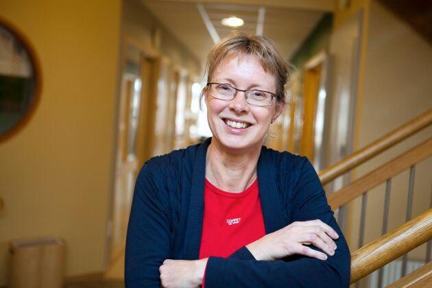 Lotta Berg, professor på SLU, känner inte till någon veterinär som kastrerar värphöns.