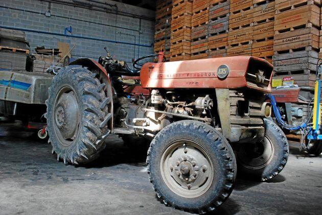 Fernando Caldero Terrados MF 135 tillverkades i en fabrik i Barcelona. Under MF-dekalen finns en dekal där det står Ebro.
