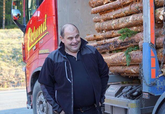 Eklunds Åkeri i Moskosel har nu bara 74-tonnare förutom en 70-tons lastbil. –Visst kan vi bli tvungna att ta en omväg då och då eftersom vissa broar inte klarar kraven. Men eftersom vi får med oss mer så kvittar det, säger vd Anders Eklund.