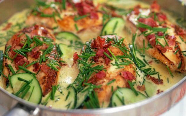 Arlas sommarkyckling med gräddig sås, gräslök, gurka och knaperstekt bacon.