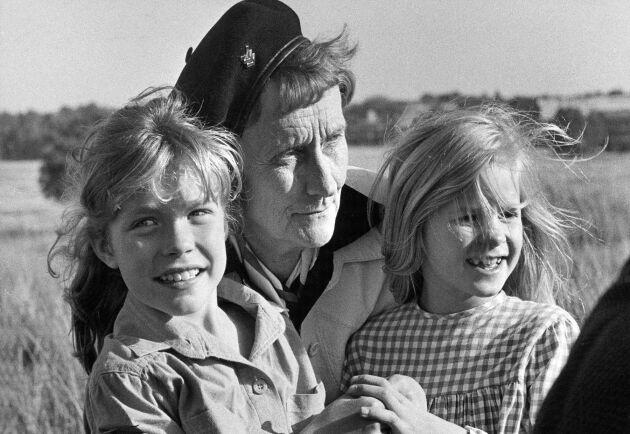 Från inspelningarna av Madicken. Jonna Liljendahl (Madicken) med Astrid Lindgren och Liv Alsterlund (Lisabet).