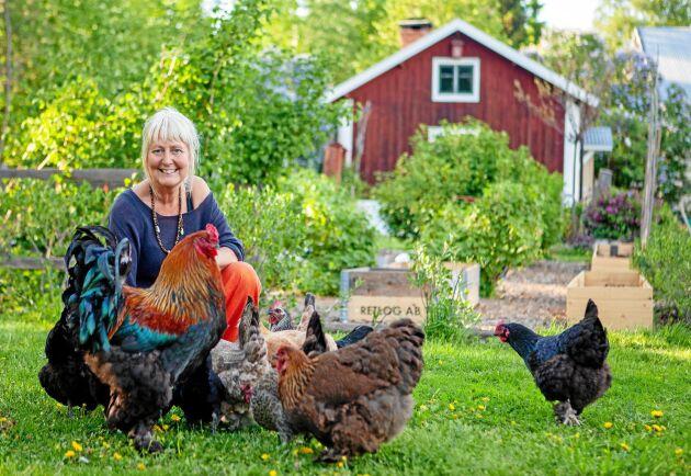 Susanne Arnfridsson älskar sitt liv på gården med höns, stor trädgård och mycket plats för skapande.