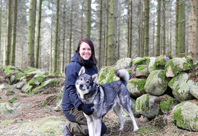 Karin Torstensson, landsbygdsutvecklare i Falkenberg har hittat ett smart sätt att leta fram lediga hus. Här med hunden Jumbo.