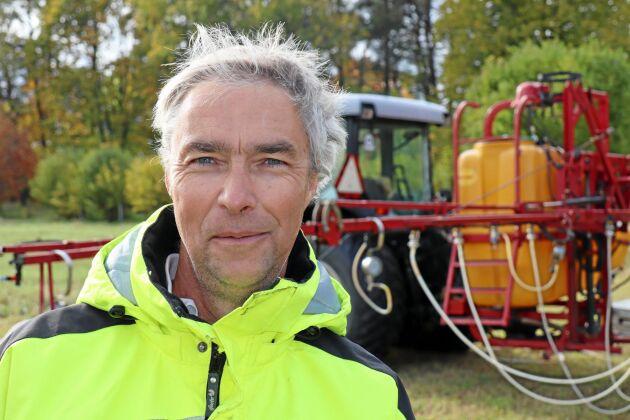 Funktionstestaren Holger Andersson i Markim söder om Uppsala visar hur han testar en lantbruksspruta.