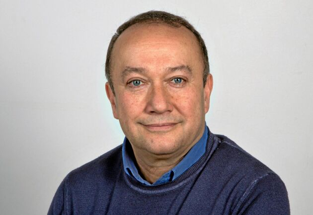 Nader Ahmadi, är förutom generaldirektör, även professor i sociologi vid Högskolan i Gävle där man bland annat bedriver omfattande arbetslivsforskning.