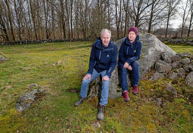 Rådgivarna Ingemar Henningsson och Åsa Nordström på HIR Skåne är kritiska till att det nu blir totalstopp för spridning av gödsel på betesmarker eftersom det finns lantbrukare som är beroende av att gödsla för fodrets skull.