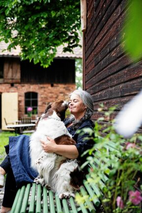 Egentligen ville Maria bli veterinär och älskar djur. Här gosar hon med sin hund Hilma, en engelsk springer spaniel.