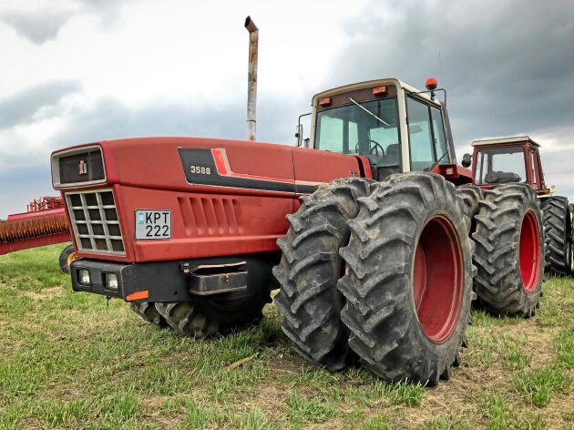 Myrslok. International Harvester 3588 är en mycket speciell maskin, midjestyrd med hytten på den bakre delen.