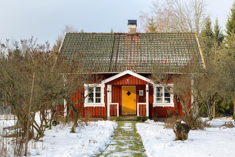 I ett hus vid skogens slut.. Det lilla kronotorpet nära Kosta med sin fascinerande historia.