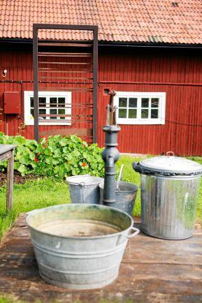 Den gamla pumpen och olika regnvattensamlare är bra som alternativa vattenkällor till sjövattnet.