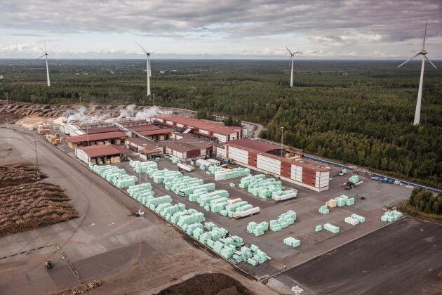 Södras sågverk i Mönsterås växlar upp produktionen, startar treskift och nyanställer cirka 30 personer.