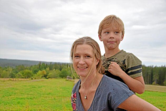 Matilda Johansson och sonen Olle visar gärna den fina utsikten från den högt belägna gården Lida.