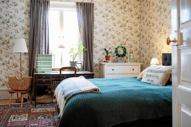 Sovrummet har gammaldags tapeter och känns ombonat med tjocka mattor och ullplädar.