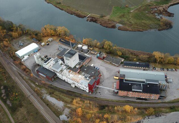 Fabriken från ovan. Torktornet från Arlatiden används fortfarande.
