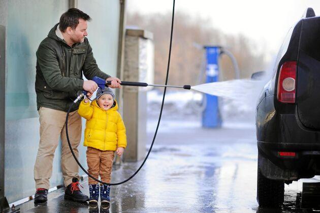 Gör biltvätten roligare för alla genom att hålla dig till de numera skrivna etikettreglerna!