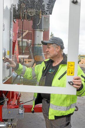 Lantbrukaren Nils Gunnar Mattsson sköter om torken och levererar den torkade spannmålen till foderfabriken i Holmsund.