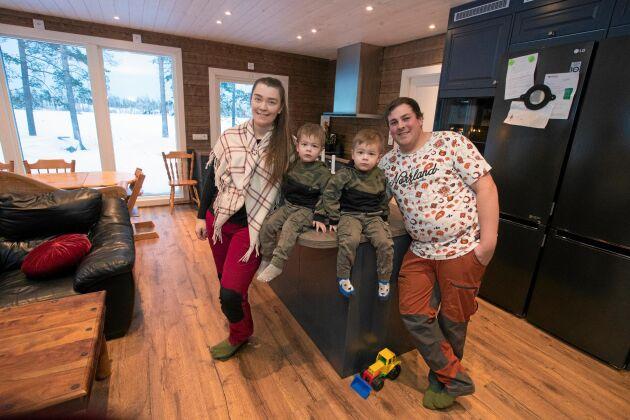 Anna-Mi, Rickard och sönerna Kion och Leon stortrivs i sitt nybyggda hus som de lyckades få klart trots sjukdom och olycksfall.