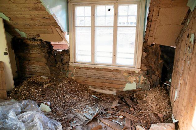 Taket över sovrummet och köket läckt under decennier och väggar och delar av golvet ruttnat.