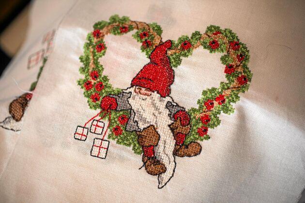 Kerstins gammaldags motiv pryder även dukar, som den här fint broderade julduken.