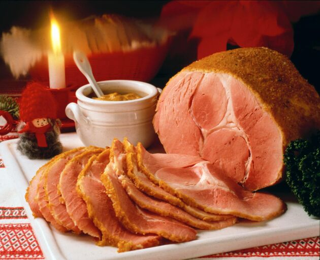 Bara 10 av 400 ton julskinka är kravmärkt. Nitritbehandlingen som bland annat ger skinkan dess rosaröda färg är inte godkänd enligt Kravs regler.