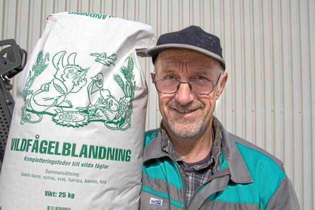 Stefan Frank visar upp en säck med företagets storsäljare – vildfågelblandning.