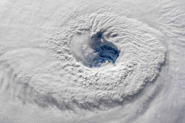 """Från boken: De tropiska cyklonerna känns igen på satellitbilder för sitt klassiska """"öga"""" i centrum. Bilden föreställer tropiska cyklonen Florence på Atlanten september 2018."""