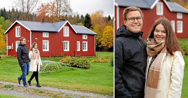 Fredrik och Victoria väntar sitt första barn och har just flyttat in på släktgården i Hössjö i Västerbotten.
