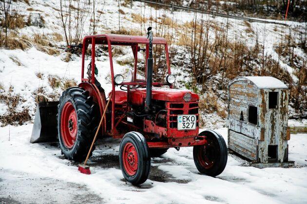 Traktorn är en ovärderlig hjälp vid renoveringen och frakt av material.