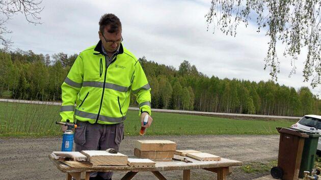 Det som händer kemiskt efter appliceringen är att den behandlade cellulosan tränger in i träet och åstadkommer ett jonbyte som i sin tur leder till att materialet återfuktas utan att det påverkar hållfastheten.