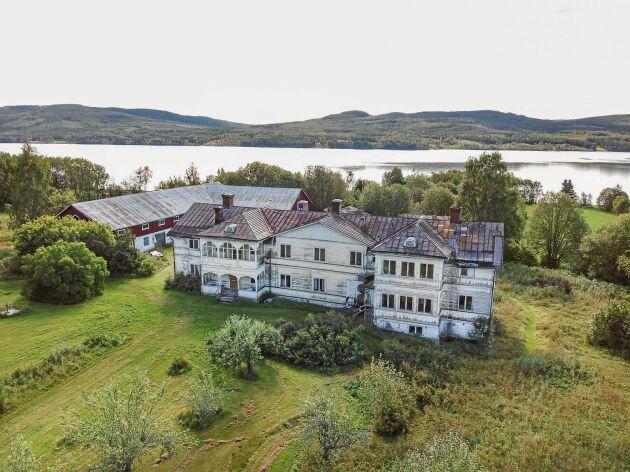 Logården ligger makalöst vackert vid Stödesjön, 3,5 mil utanför Sundsvall.