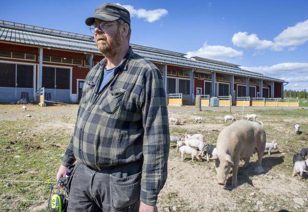 Anders Engvall utanför grisningsstallet som byggdes efter branden och som gett grisarna en bättre miljö.