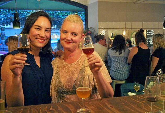 Denise Kim och Josefine Törnqvist under en av flera Ölgäristräffar i Stockholm under året.